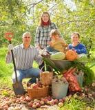 Lycklig familj i grönsakträdgård Fotografering för Bildbyråer