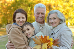 Lycklig familj i höstskog Royaltyfria Foton