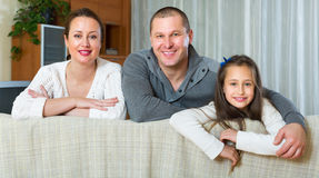 Lycklig familj i inhemsk inre Arkivbilder