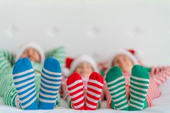 Lycklig familj i julhelgdagsafton royaltyfria bilder