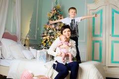 Lycklig familj i julrummet Royaltyfri Foto