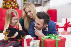 Lycklig familj i jultid arkivbilder