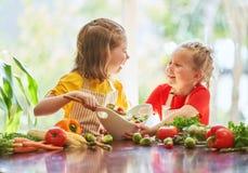 Lycklig familj i kök arkivfoto