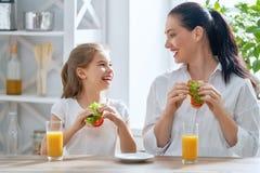 Lycklig familj i kök royaltyfri bild