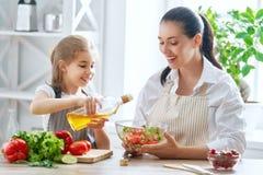 Lycklig familj i kök fotografering för bildbyråer