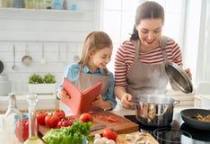 Lycklig familj i k?k fotografering för bildbyråer