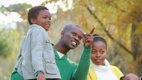 Lycklig familj i landet på höstdag