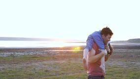 Lycklig familj i natur, farsa och son arkivfilmer