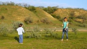 Lycklig familj i natur, mamma och son lager videofilmer
