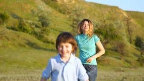 Lycklig familj i natur, mamma och son stock video