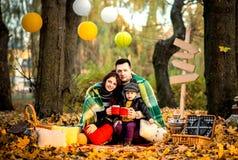 Lycklig familj i parkera, hösttid Arkivfoton