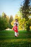 Lycklig familj i parkera i vårsäsong fotografering för bildbyråer