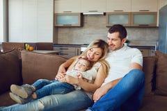Lycklig familj i rummet royaltyfri bild