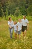 Lycklig familj i skog Arkivbilder
