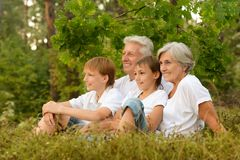 Lycklig familj i skog Fotografering för Bildbyråer