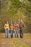 Lycklig familj i skog Royaltyfri Foto