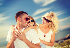 Lycklig familj i solglasögon som har roligt utomhus Arkivfoton