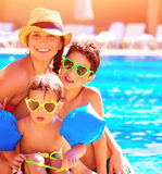 Lycklig familj i sommarsemester royaltyfri fotografi
