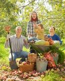 Lycklig familj i trädgård Royaltyfri Bild