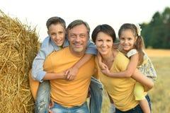 Lycklig familj i vetefält Royaltyfri Foto