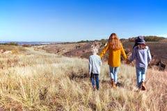 Lycklig familj - mamma och två döttrar Fotografering för Bildbyråer