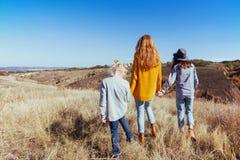 Lycklig familj - mamma och två döttrar Arkivbilder