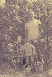 Lycklig familj med äpplen i trädgård Royaltyfria Foton