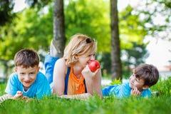 Lycklig familj med äpplet arkivfoto
