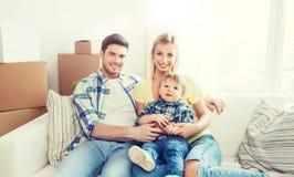 Lycklig familj med askar som flyttar sig till det nya hemmet Royaltyfri Fotografi