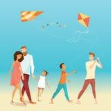 Lycklig familj med att flyga drakar Arkivfoton