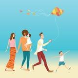 Lycklig familj med att flyga drakar Arkivbilder