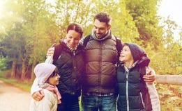 Lycklig familj med att fotvandra för ryggsäckar Royaltyfri Fotografi