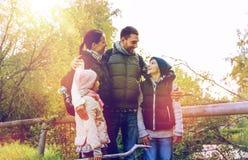 Lycklig familj med att fotvandra för ryggsäckar Arkivfoto