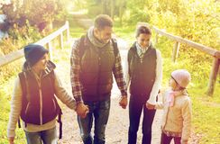 Lycklig familj med att fotvandra för ryggsäckar Royaltyfri Bild