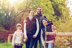 Lycklig familj med att fotvandra för ryggsäckar Royaltyfria Bilder