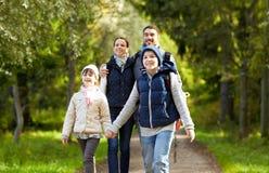 Lycklig familj med att fotvandra för ryggsäckar fotografering för bildbyråer