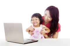 Lycklig familj med bärbar dator Arkivbilder