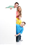 Lycklig familj med banret. fotografering för bildbyråer