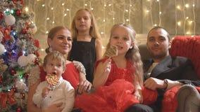 Lycklig familj med barn nära trädet för nytt år arkivfilmer