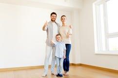 Lycklig familj med barnet som flyttar sig till det nya hemmet Arkivfoton