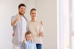 Lycklig familj med barnet som flyttar sig till det nya hemmet Arkivbild