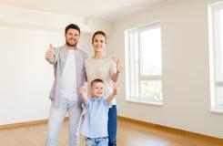 Lycklig familj med barnet som flyttar sig till det nya hemmet Royaltyfria Bilder