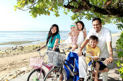 Lycklig familj med cyklar Arkivfoto