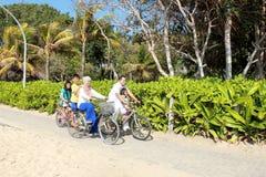 Lycklig familj med cyklar Fotografering för Bildbyråer