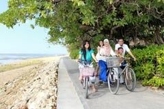 Lycklig familj med cyklar royaltyfria foton