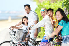 Lycklig familj med cyklar Royaltyfri Fotografi