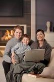 Lycklig familj med datoren Royaltyfri Fotografi