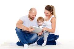 Lycklig familj med datorminnestavlan Arkivbilder