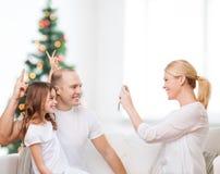 Lycklig familj med den hemmastadda kameran Fotografering för Bildbyråer