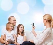 Lycklig familj med den hemmastadda kameran Arkivbilder